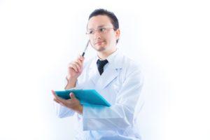 検査結果に悩む医者