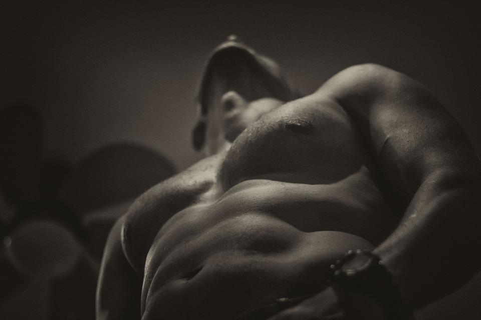 太い筋肉でマッチョな男性