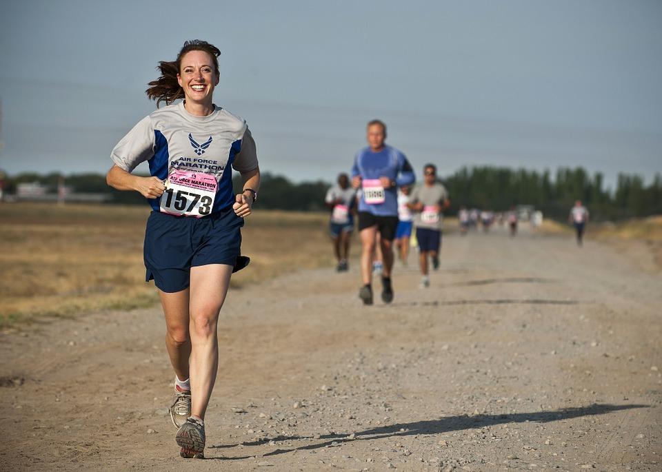 笑顔で走るランナー