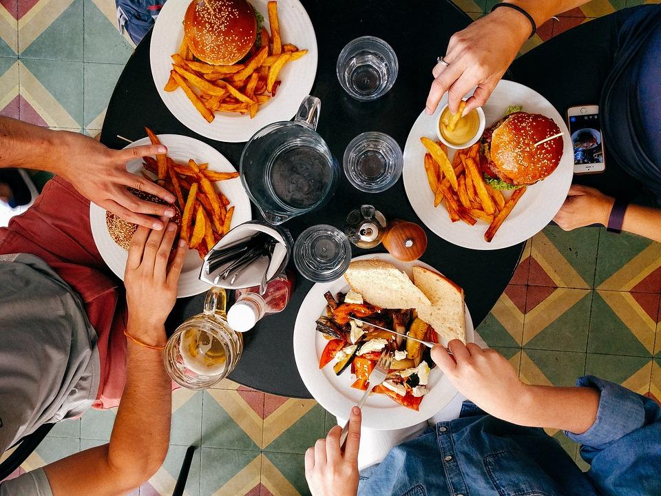 腹筋を割るためには食事制限が必要