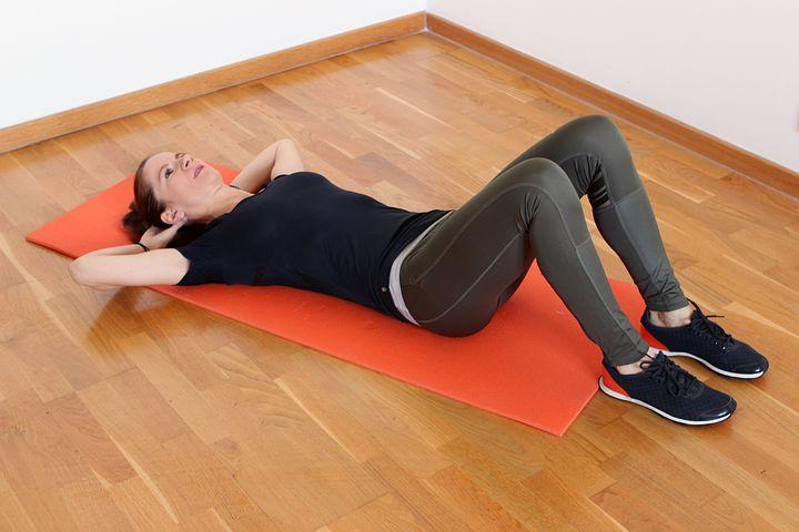 ヒールタッチクランチで呼吸を意識すると腹筋への効果が変わる