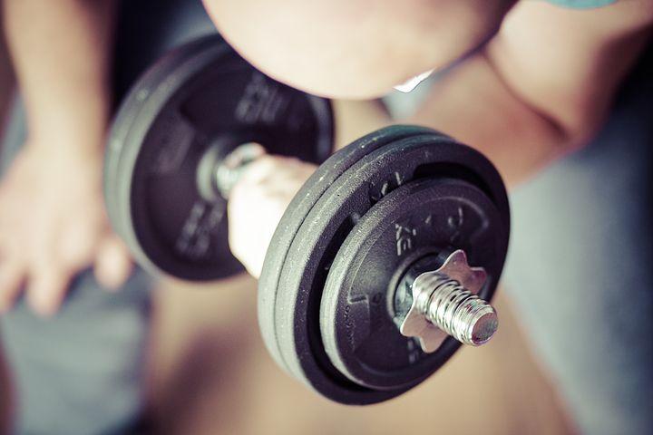 サイドレイズを【5kgのダンベルだけ】で理想の肩に仕上げる方法